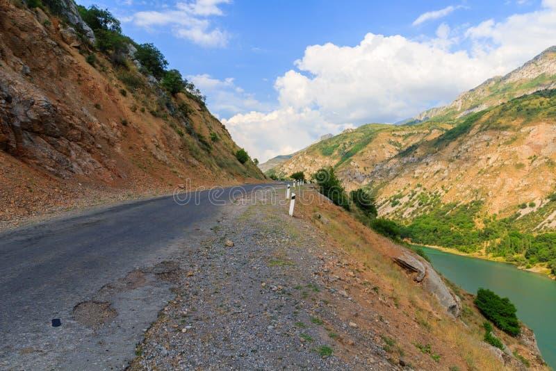 δρόμος βουνών Η φύση του Ουζμπεκιστάν στοκ εικόνα με δικαίωμα ελεύθερης χρήσης