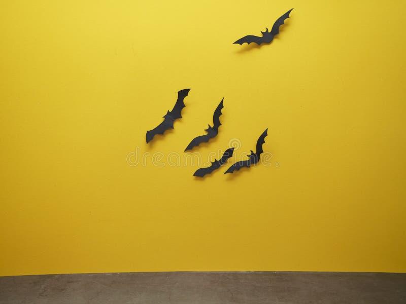 Ρόπαλο αποκριών με το κίτρινο υπόβαθρο στοκ φωτογραφία με δικαίωμα ελεύθερης χρήσης