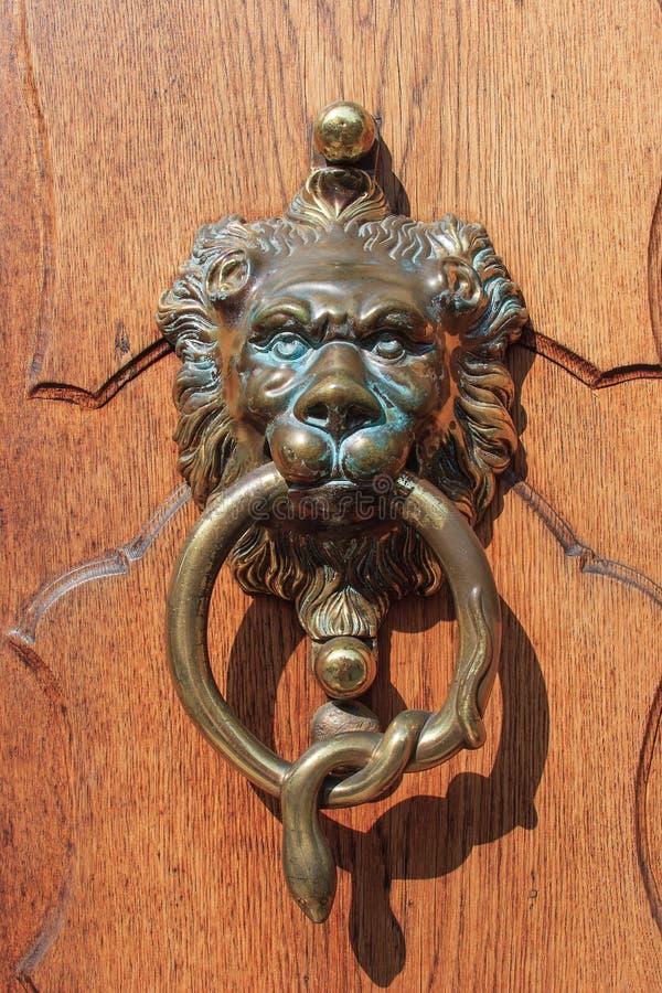Ρόπτρα πορτών - λιοντάρι - φίδι στοκ φωτογραφίες