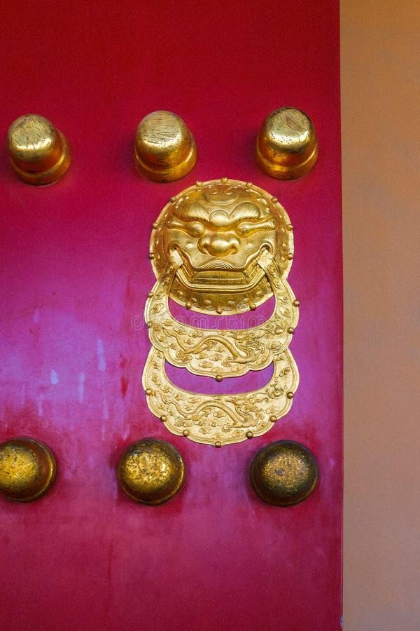 Ρόπτρα χρυσά κινεζικά λιονταριών πορτών στοκ φωτογραφία