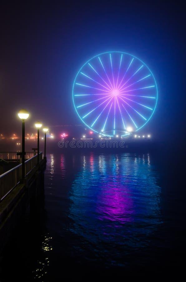 Ρόδα και αντανάκλαση του Σιάτλ μεγάλη στην ομίχλη νύχτας - κατακόρυφος στοκ εικόνα με δικαίωμα ελεύθερης χρήσης