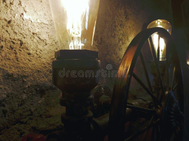 Ρόδα με ένα αμυδρό φως της ελπίδας στοκ φωτογραφίες με δικαίωμα ελεύθερης χρήσης