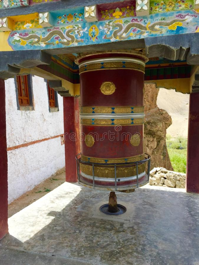 Ρόδα προσευχής έξω από το μοναστήρι Mulbek στοκ εικόνες με δικαίωμα ελεύθερης χρήσης