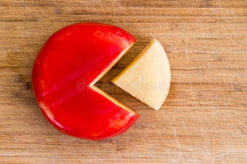 Ρόδα του φρέσκου τυριού γκούντα με έναν κόκκινο φλοιό στοκ εικόνες