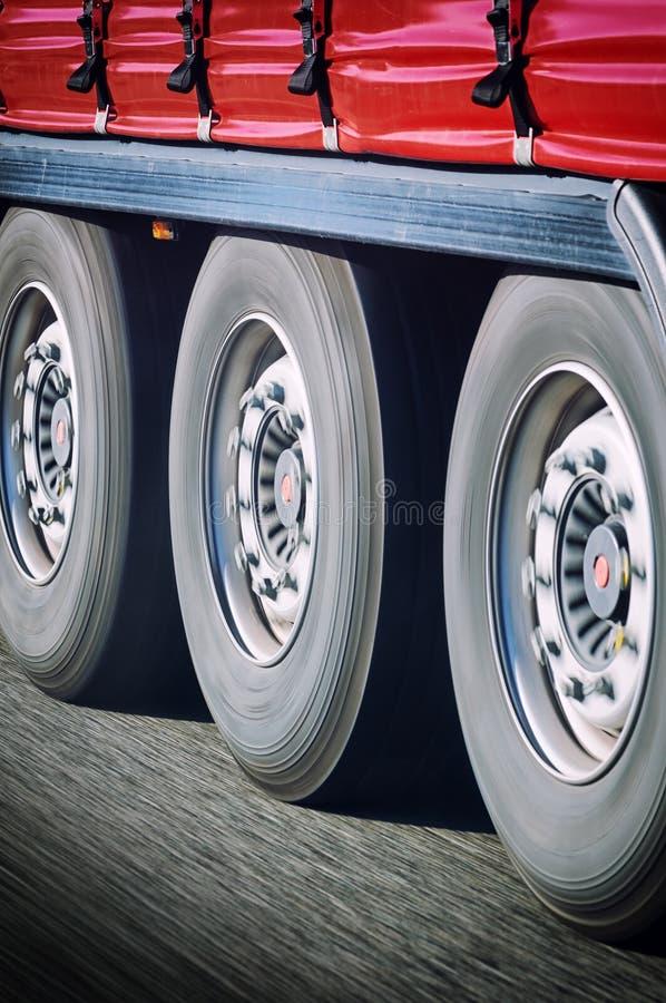 Ρόδες φορτηγών στην κίνηση στοκ φωτογραφία με δικαίωμα ελεύθερης χρήσης