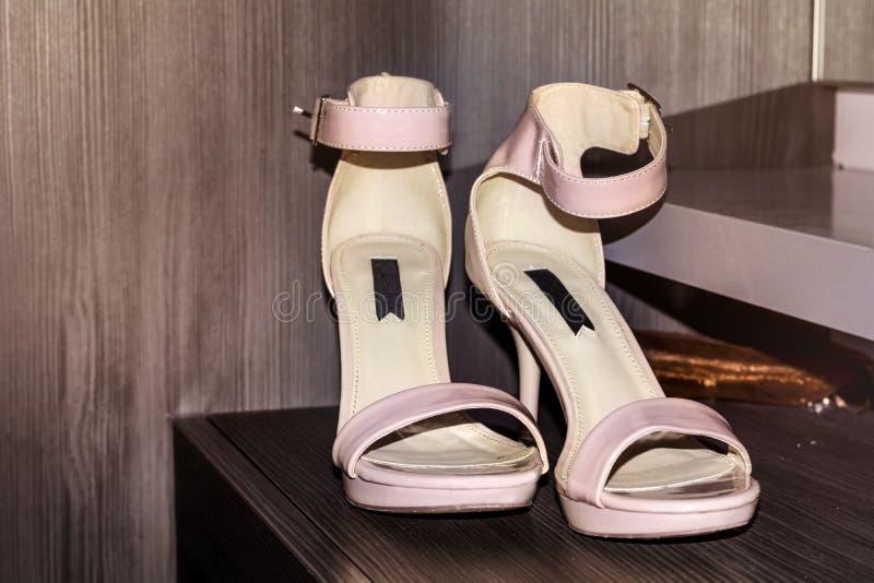 Ρόδινα γαμήλια παπούτσια στοκ φωτογραφία
