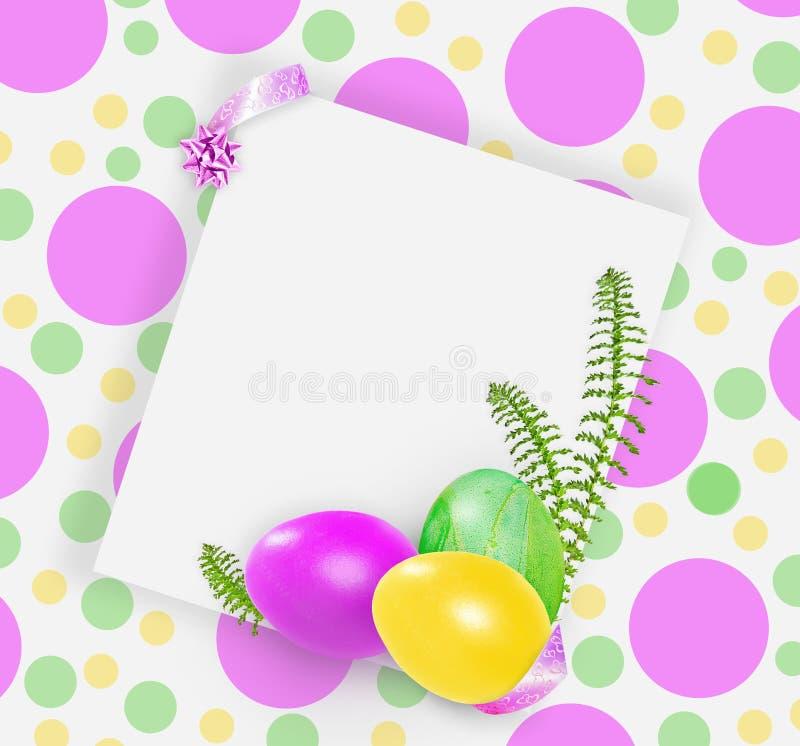 Ρόδινα, κίτρινα και πράσινα αυγά Πάσχας στο επισημασμένο φωτεινό υπόβαθρο διανυσματική απεικόνιση