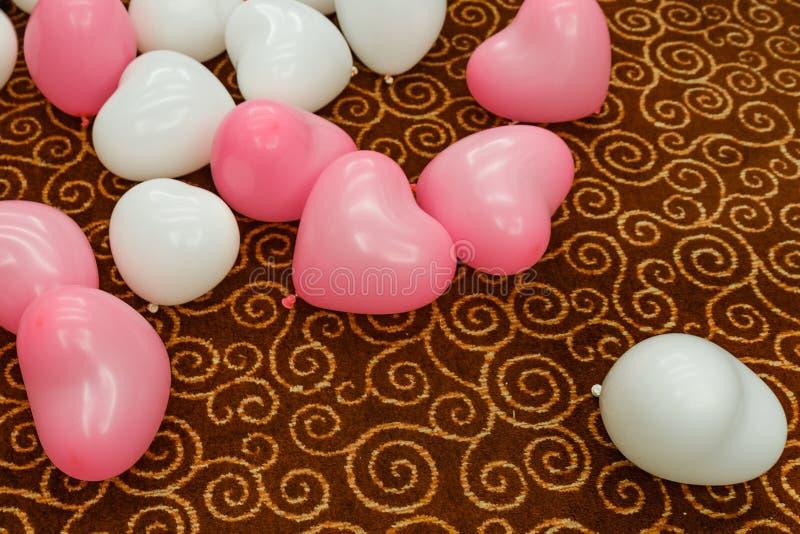 Ρόδινα και άσπρα μπαλόνια καρδιών στον τάπητα στοκ εικόνες με δικαίωμα ελεύθερης χρήσης