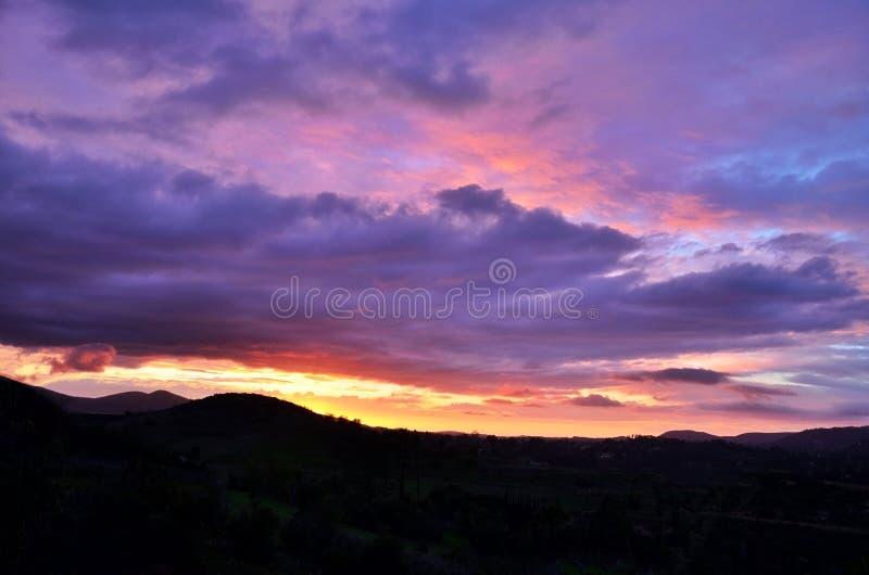 Ρόδινα και πορφυρά σύννεφα στοκ φωτογραφία