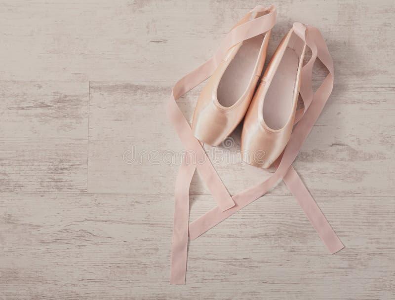 Ρόδινα παπούτσια μπαλέτου pointe στο άσπρο ξύλινο υπόβαθρο στοκ φωτογραφία με δικαίωμα ελεύθερης χρήσης