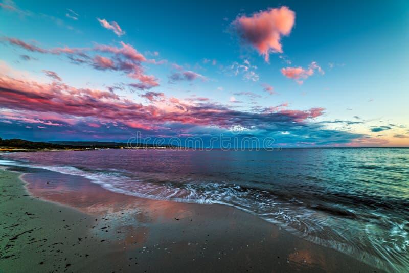 Ρόδινα σύννεφα πέρα από τη θάλασσα σε Alghero στο ηλιοβασίλεμα στοκ εικόνα με δικαίωμα ελεύθερης χρήσης