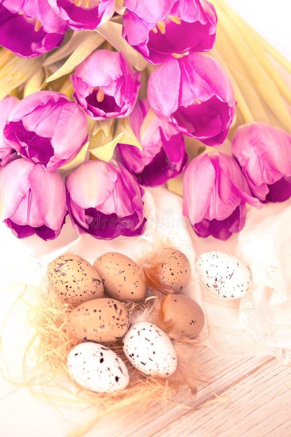 Ρόδινα τουλίπες και αυγά στοκ εικόνες με δικαίωμα ελεύθερης χρήσης