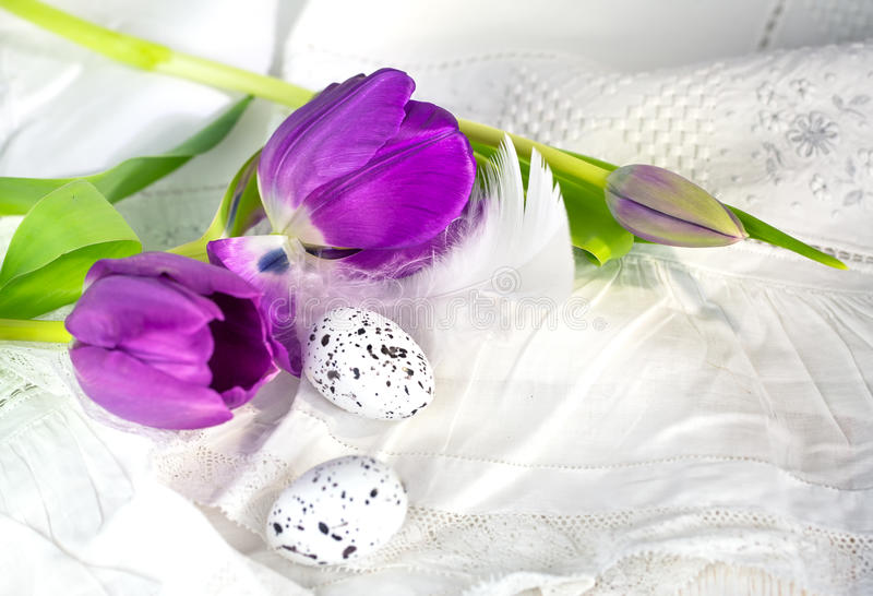 Ρόδινα τουλίπες και αυγά στοκ εικόνα