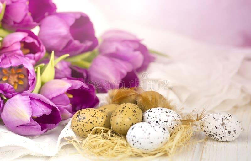 Ρόδινα τουλίπες και αυγά στοκ εικόνα με δικαίωμα ελεύθερης χρήσης