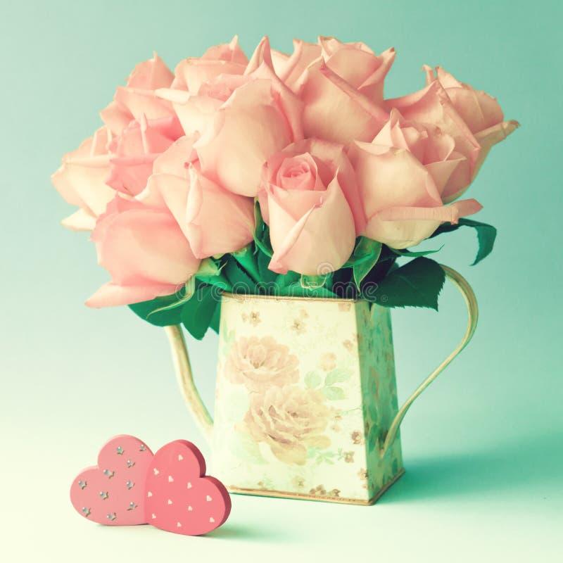 Ρόδινα τριαντάφυλλα και ξύλινες καρδιές στοκ εικόνες με δικαίωμα ελεύθερης χρήσης