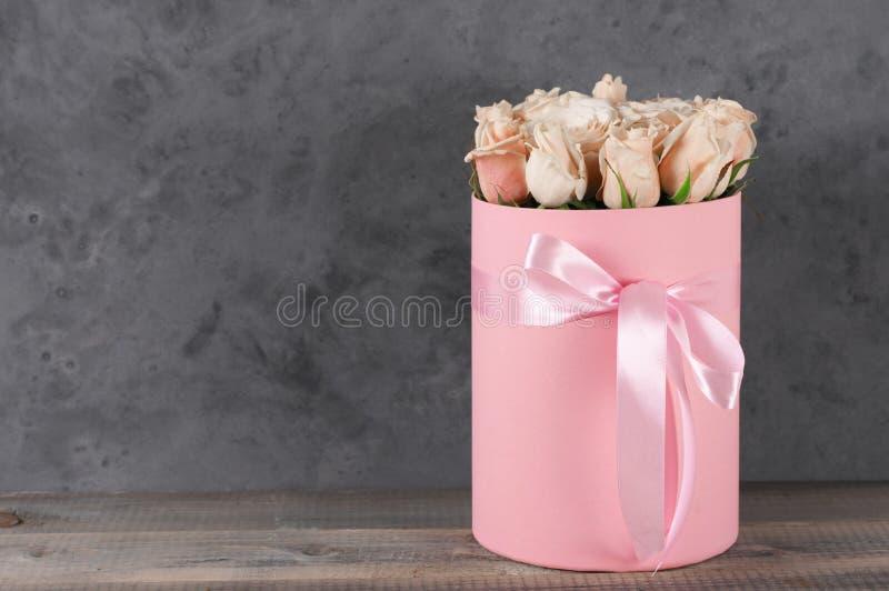 Ρόδινα τριαντάφυλλα στο κιβώτιο δώρων στοκ εικόνες