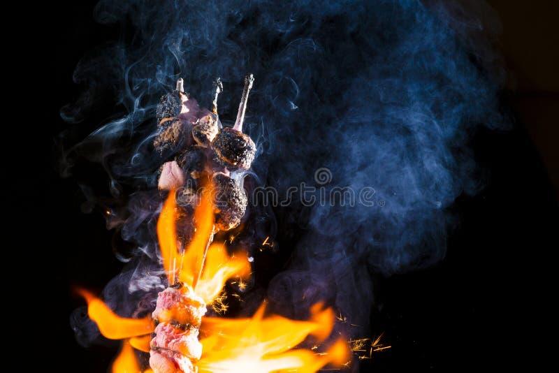 Ρόδινα Marshmallows στην πυρκαγιά στοκ εικόνα