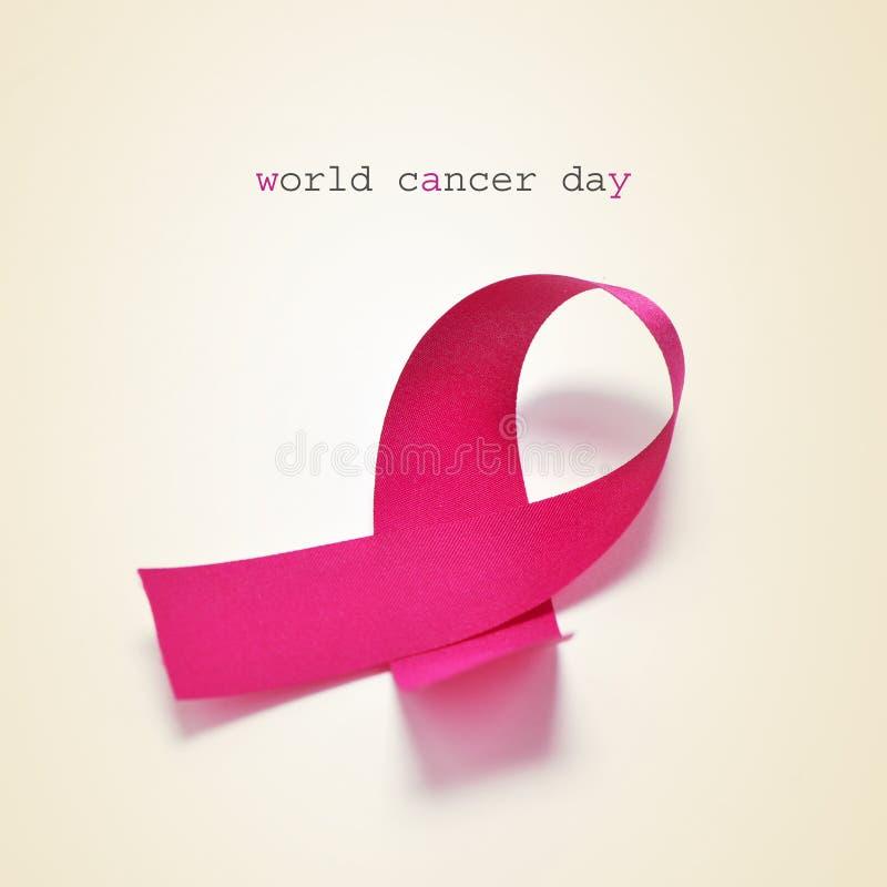 Ρόδινη ημέρα παγκόσμιου καρκίνου κορδελλών και κειμένων στοκ φωτογραφία με δικαίωμα ελεύθερης χρήσης