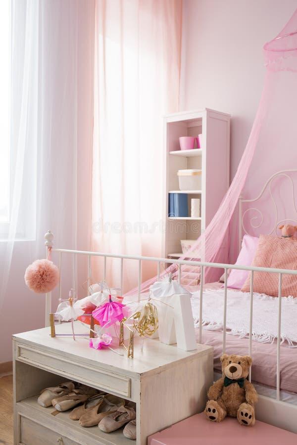Ρόδινη κρεβατοκάμαρα ενός κοριτσιού στοκ φωτογραφία με δικαίωμα ελεύθερης χρήσης