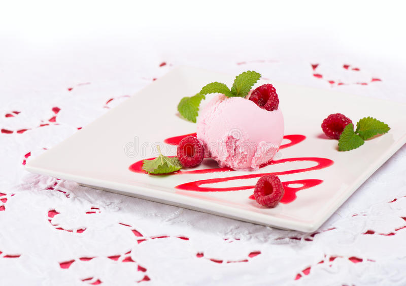 Ρόδινη σέσουλα παγωτού με τη σάλτσα και μούρα στο άσπρο ύφασμα στοκ φωτογραφία