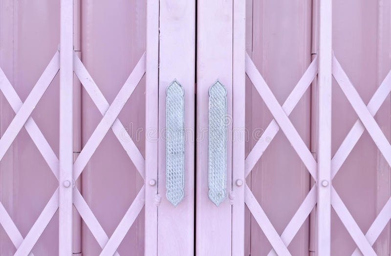 Ρόδινη συρόμενη πόρτα καγκέλων μετάλλων με τη λαβή στοκ εικόνες