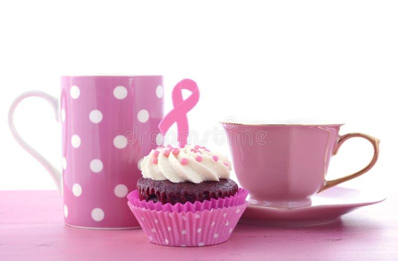 Ρόδινη φιλανθρωπία κορδελλών για τη συνειδητοποίηση Cupcakes υγείας των γυναικών στοκ φωτογραφία με δικαίωμα ελεύθερης χρήσης