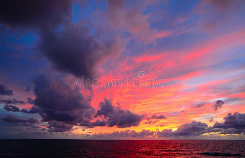 Ρόδινος ουρανός με τα σύννεφα πέρα από τη θάλασσα στοκ φωτογραφία με δικαίωμα ελεύθερης χρήσης