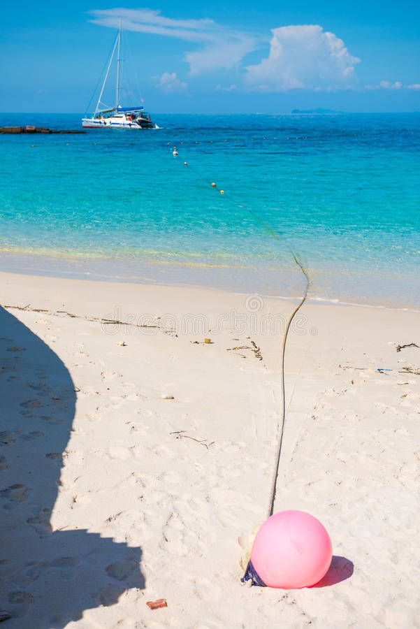 Ρόδινος σημαντήρας στην άμμο στο νησί Phuket τόνου της Mai στοκ εικόνα με δικαίωμα ελεύθερης χρήσης