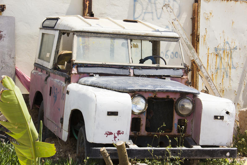 Ρόδινο αναδρομικό αυτοκίνητο στοκ εικόνα