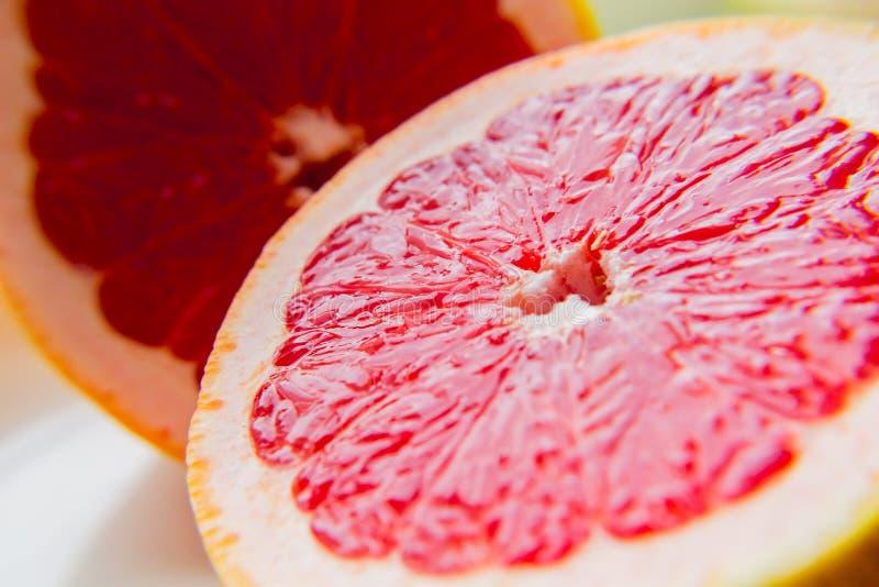 Ρόδινο γκρέιπφρουτ φρούτων στην περικοπή Ένα προϊόν βιταμινών κατανάλωση υγιής στοκ φωτογραφία