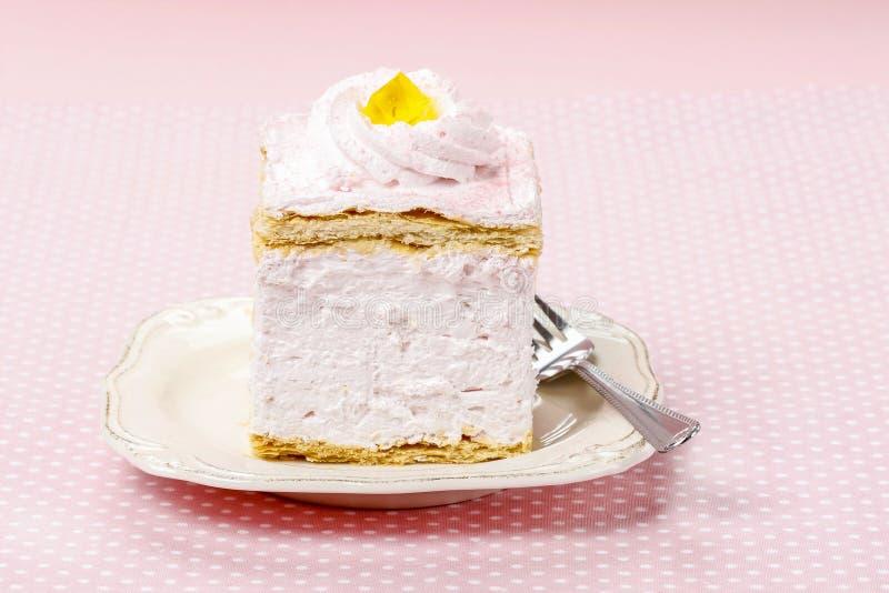 Ρόδινο κέικ κρέμας στο ρόδινο υπόβαθρο στοκ εικόνα