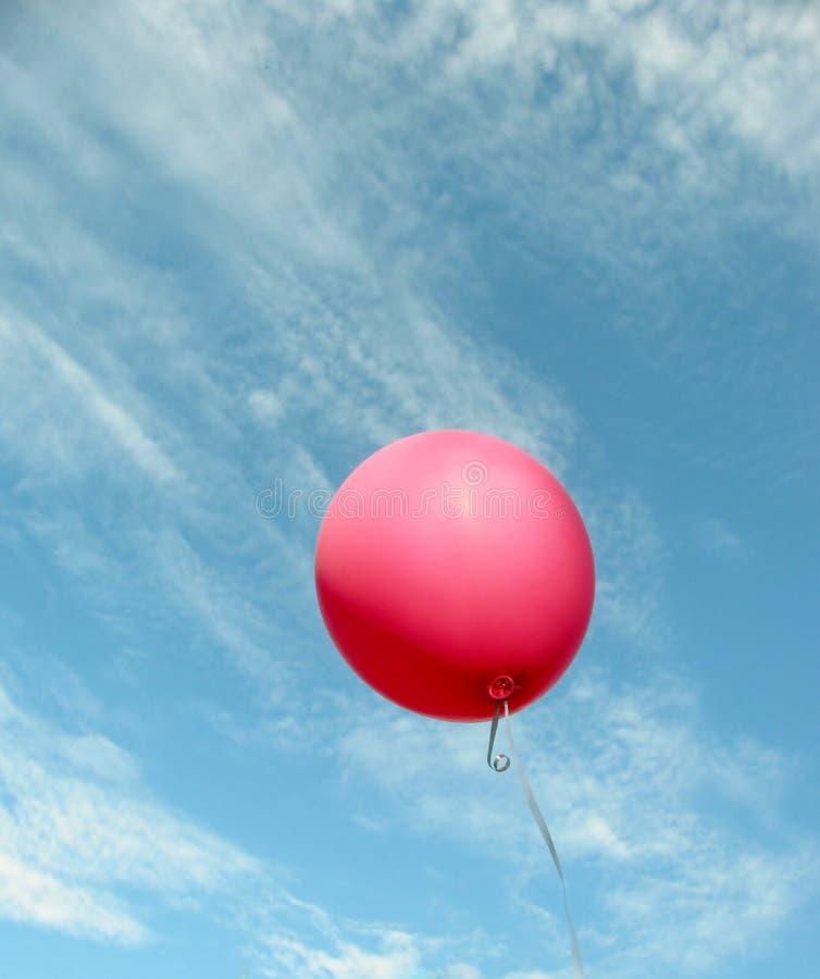 Ρόδινο μπαλόνι αέρα στο μπλε ουρανό στοκ εικόνες