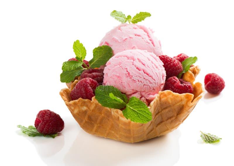 Ρόδινο παγωτό με τα μούρα στοκ εικόνες με δικαίωμα ελεύθερης χρήσης