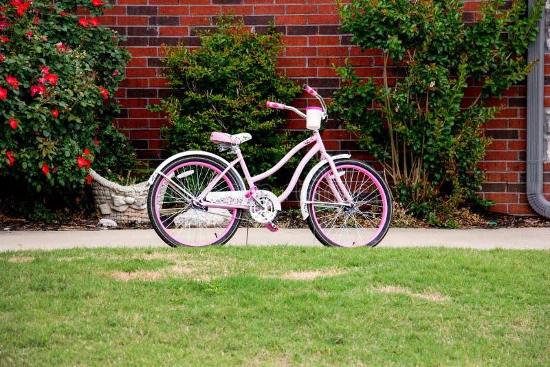 Ρόδινο ποδήλατο στοκ εικόνες