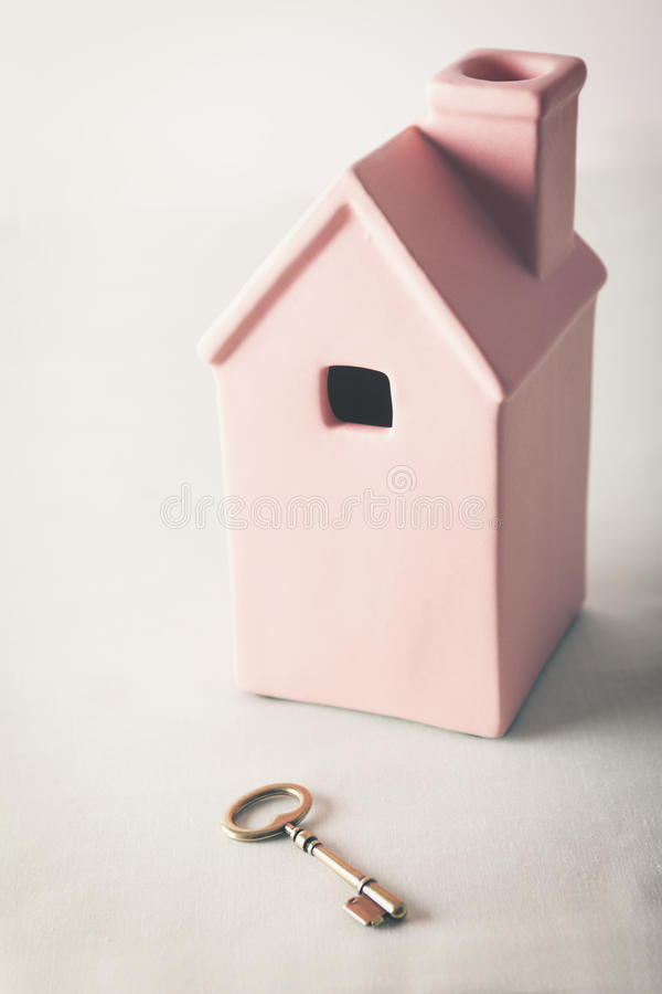 Ρόδινο σπίτι παιχνιδιών με το χρυσό κλειδί στοκ εικόνες με δικαίωμα ελεύθερης χρήσης