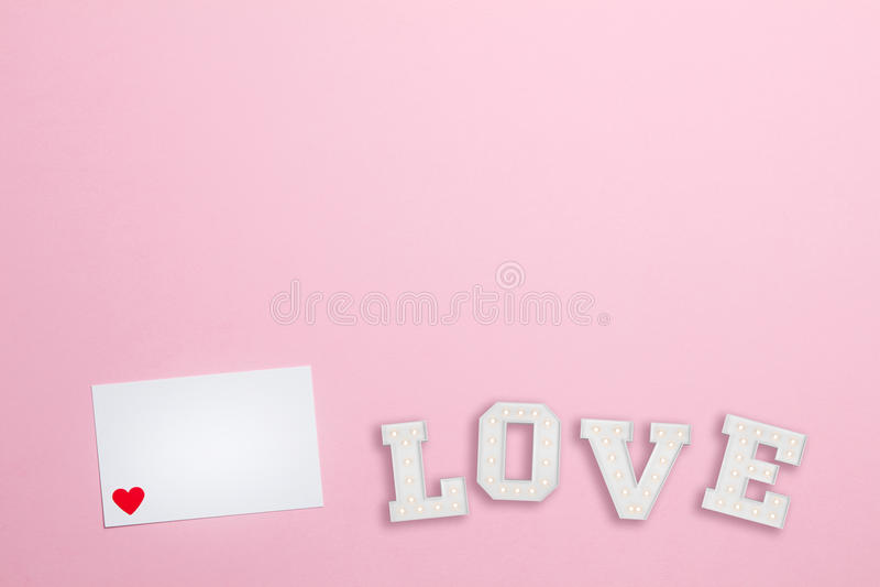 Ρόδινο υπόβαθρο με την επιστολή αγάπης στοκ φωτογραφίες με δικαίωμα ελεύθερης χρήσης