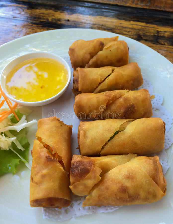 Download Ρόλοι άνοιξη με τη βύθιση της σάλτσας Στοκ Εικόνες - εικόνα από άσπρος, φιλιππίνες: 62716614