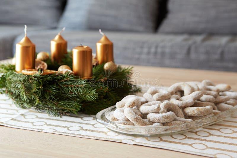 Ρόλοι βανίλιας Χριστουγέννων με τη ζάχαρη στοκ φωτογραφίες