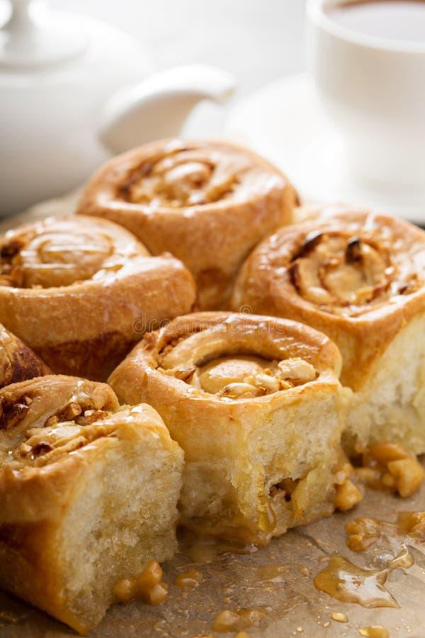 Ρόλοι προγευμάτων με το μέλι και τα καρύδια στοκ φωτογραφία με δικαίωμα ελεύθερης χρήσης