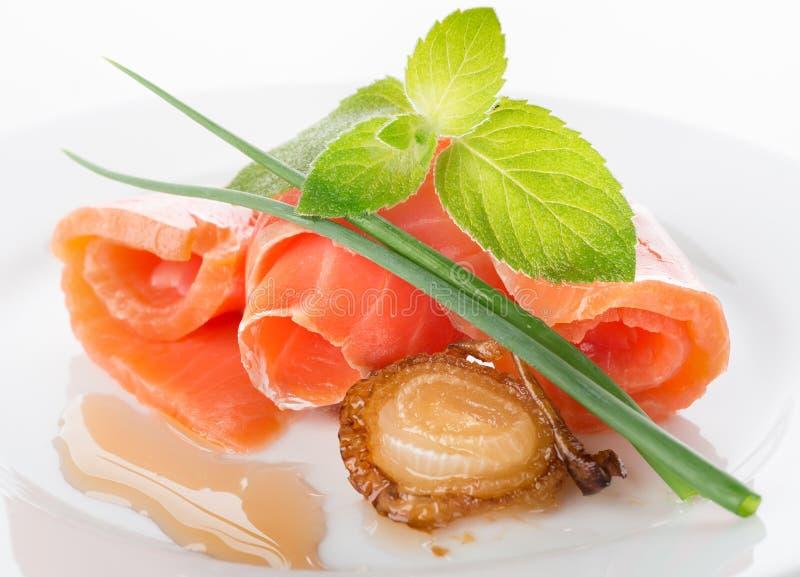 Ρόλοι σολομών με τα πράσινα και το τηγανισμένο κρεμμύδι στοκ εικόνες