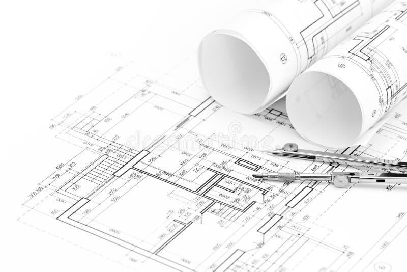 Ρόλοι των αρχιτεκτονικών σχεδιαγραμμάτων και του σχεδίου ορόφων με την πυξίδα σχεδίων στοκ φωτογραφίες