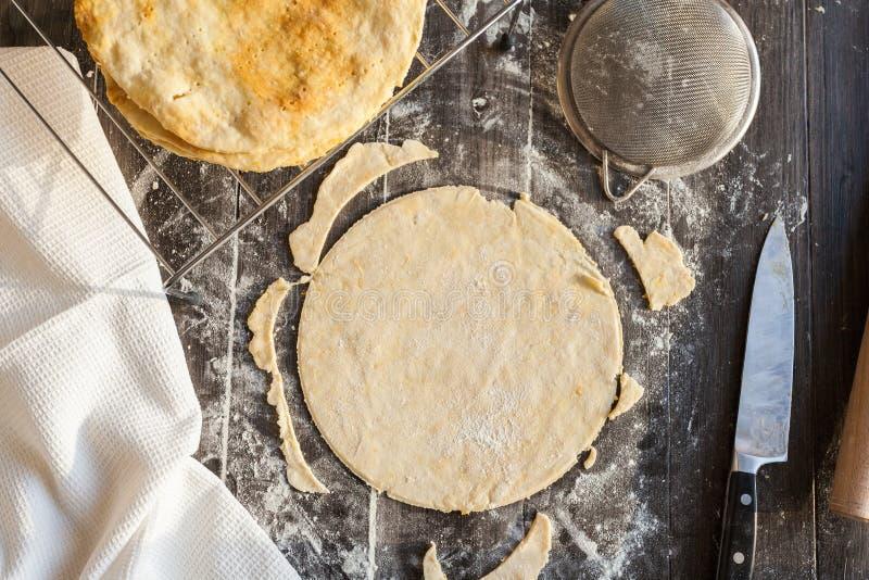 Ρόλος επάνω στη ζύμη για το κέικ Napoleon Διαδικασία μαγειρέματος στοκ φωτογραφία με δικαίωμα ελεύθερης χρήσης
