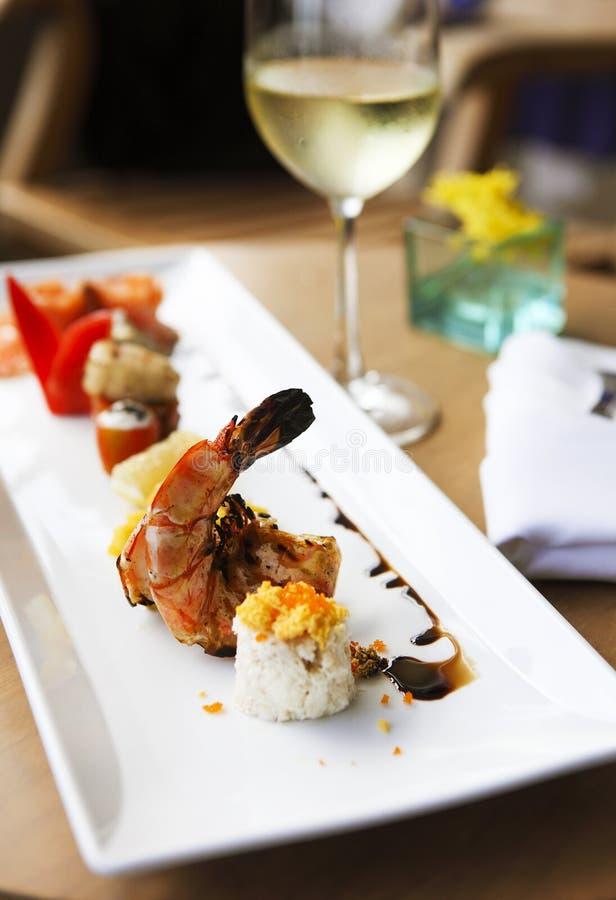 Ρόλος που τίθεται στο πιάτο που εξυπηρετείται στο εστιατόριο στοκ φωτογραφίες
