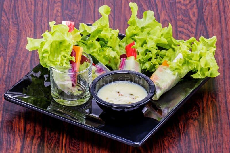 Ρόλος σαλάτας για το γεύμα στοκ εικόνα