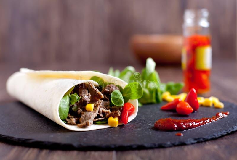 Ρόλος fajitas βόειου κρέατος με τα καυτά πιπέρια, σαλάτα, καλαμπόκι στοκ εικόνες με δικαίωμα ελεύθερης χρήσης