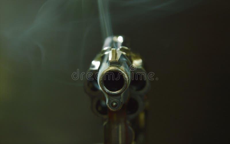 Ρύγχος πυροβόλων όπλων περίστροφων με τον καπνό που επιπλέει στον αέρα μετά από το βλαστό στο μαύρο υπόβαθρο στοκ εικόνα με δικαίωμα ελεύθερης χρήσης