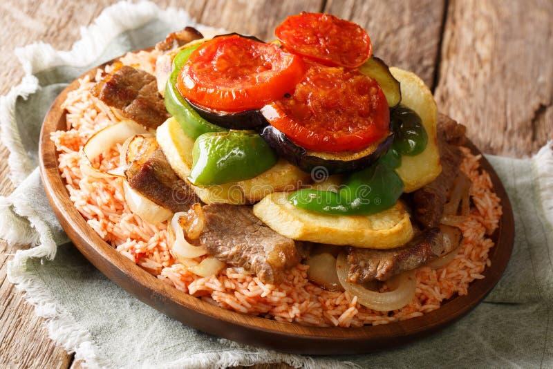 Ρύζι θερινών αραβικό γευμάτων με το βόειο κρέας, μελιτζάνα, πιπέρι, κρεμμύδια στοκ εικόνες