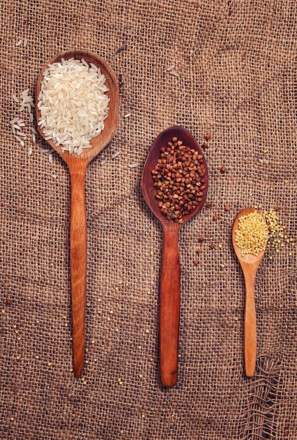 Ρύζι και φαγόπυρο στον πίνακα στοκ εικόνες