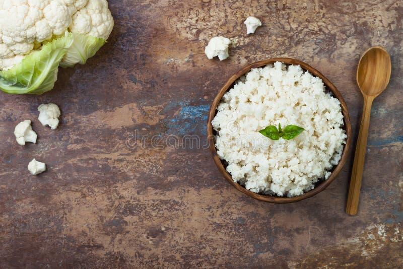 Ρύζι κουνουπιδιών σε ένα κύπελλο Τοπ άποψη, υπερυψωμένος, διάστημα αντιγράφων στοκ εικόνες με δικαίωμα ελεύθερης χρήσης