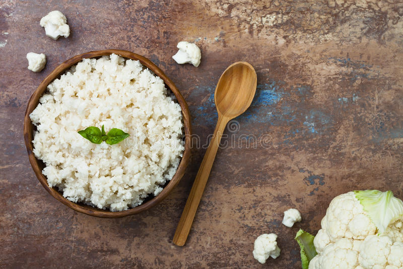 Ρύζι κουνουπιδιών σε ένα κύπελλο Τοπ άποψη, υπερυψωμένος, διάστημα αντιγράφων στοκ εικόνα με δικαίωμα ελεύθερης χρήσης